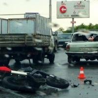"В Омске мотоциклист помял ""Волге"" бампер и разбил стекло"