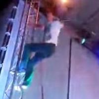 Макс Покровский залез к потолку сцены во время выступления в Омске