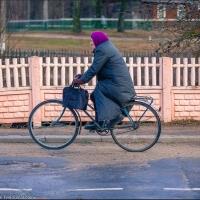 В Омске маршрутка сбила бабушку на велосипеде