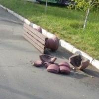 Посетители омского парка разбили гранитную урну