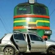 При столкновении с тепловозом погибли два пассажира иномарки