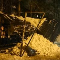 В Омске от снега стали рушиться крыши