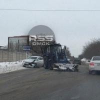 В Омске легковушка въехала в снегоуборщик