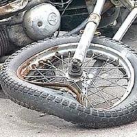 В Омской области мотоциклист врезался в припаркованную иномарку