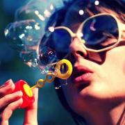 Окунуться в детство. Первый день лета омичи встретили парадом мыльных пузырей