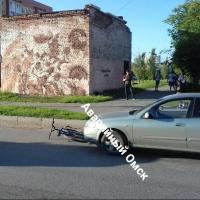 Велосипедист попал под машину около пешеходного перехода в Омске