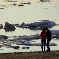 Омичи с удовольствием фотографируют ледоход