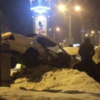 После лобового столкновения с маршруткой иномарка снесла столб в Омске