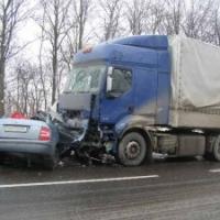 """На """"трассе смерти"""" легковушка врезалась в грузовик"""
