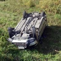 Под Омском перевернулась «Лада»: водитель в больнице, пассажир погиб