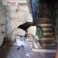 В одном из аварийных домов Омска обрушилась часть лестницы в подъезде
