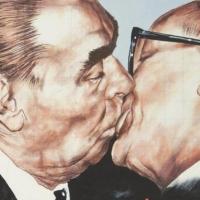 """В Омске откроется выставка авторов """"Братского поцелуя"""" на Берлинской стене"""
