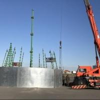 На площади у «Континента» в Омске начали сооружать елку