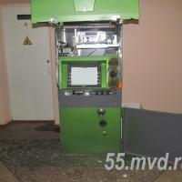 В Омском районе грабитель надел на руки пакеты и пошёл вскрывать банкомат