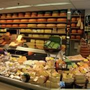 На полках магазинов ищут 48 тонн омского сыра