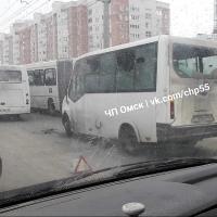 Три маршрутки столкнулись и устроили пробку на улице 70 лет Октября
