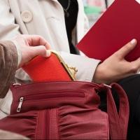 Омская студентка помогла задержать карманника
