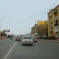 В центре Омска автоледи выехала на встречную полосу