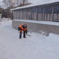 Омские бизнесмены плохо убирают снег и наледь у своих магазинов