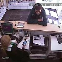 В Омске разыскивают мужчину, ограбившего салон сотовой связи