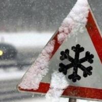 Снежная лавина погребла  под собой иномарку в Омске