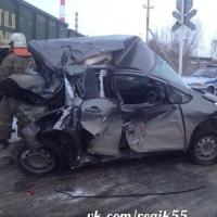 В Омске водитель иномарки чудом выжил при столкновении с поездом