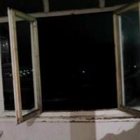 В Советском округе Омска подросток выпал из окна четвертого этажа