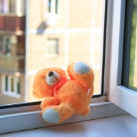 Юный омич выпал из открытого окна