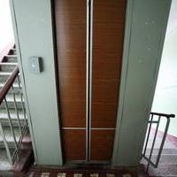 Из-за кражи аккумуляторов в омской 14-этажке чуть было не упал лифт