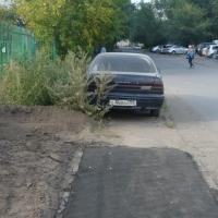 В Омске на Заозерной брошенная машина стала помехой для укладки асфальта