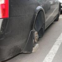 В Омске дорогой джип оставили без колес