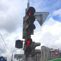 В Омске на остановке «Поворотная» для пешеходов установят светофор