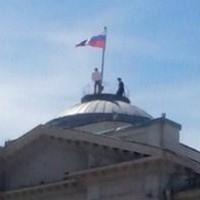 Омич вышел с протестом на крышу Заксобрания