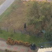В Омске около девятиэтажки обнаружили тело молодого мужчины