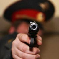 В Омской области полицейский ранил вооруженного ножом дебошира