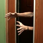 Омская полиция поймала рецидивиста, грабившего женщин в лифтах