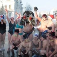 """Омские """"моржи"""" устроили Ice Bucket Challenge перед облправительством"""