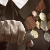84-летнюю омичку связали скотчем, а затем украли деньги и медали