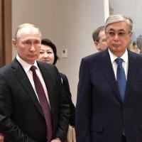 В Омске Путин и Токаев обменялись подарками