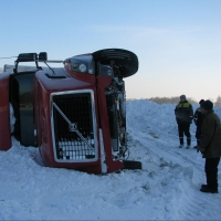 Омские инспекторы спасли двоих дальнобойщиков