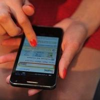 Официантка омского кафе украла телефон посетительницы