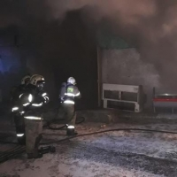 Около пяти часов пожарные тушили магазин в Омске