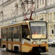 Дамы в оранжевом вышли на трамвайные пути, чтобы состязаться в искусстве вождения
