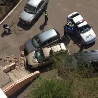 В Омске беременная женщина на авто разнесла крыльцо подъезда
