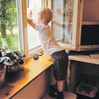 В Омске четырехлетний мальчик упал со второго этажа из-за москитной сетки