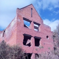 На окраине Омска подростки превратили недостроенные коттеджи в сквоты