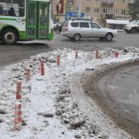 Мэрия Омска пообещала сделать бордюр, чтоб убрать пробку перед Ленинградским мостом