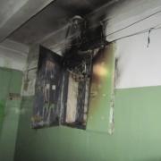 Омские пожарные вывели из задымленного подъезда десять человек