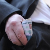 Инспекторов из Омска обвинили в получении 285 взяток