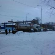 В центре Омска фура врезалась в столб и Lexus